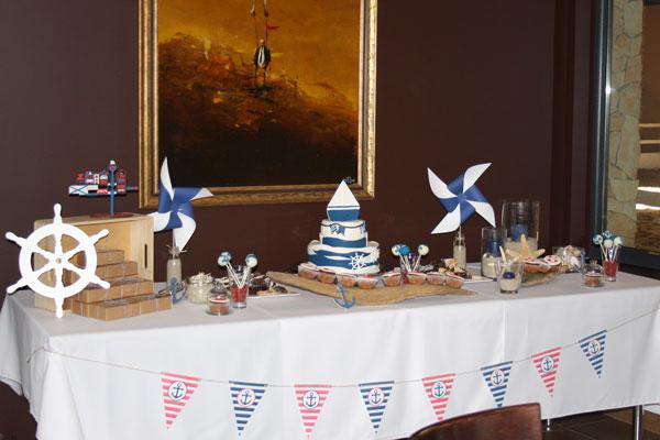 Saldus stalas dekoruotas krikštynoms tema Laiveliai