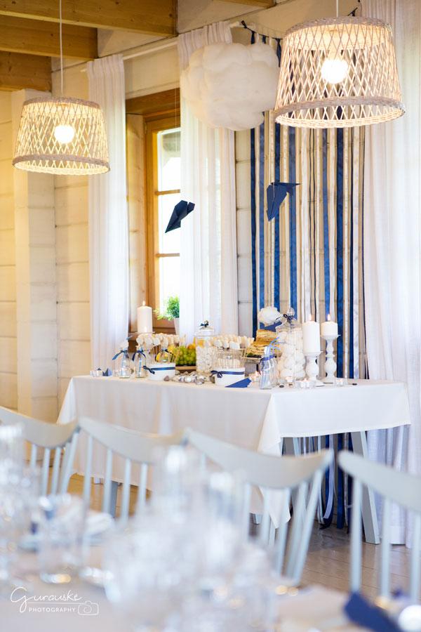 Mėlynai baltas krikštynų desertų stalas