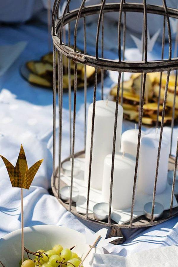 Dekoruotas narvelis su žvakėmis stalas lauke