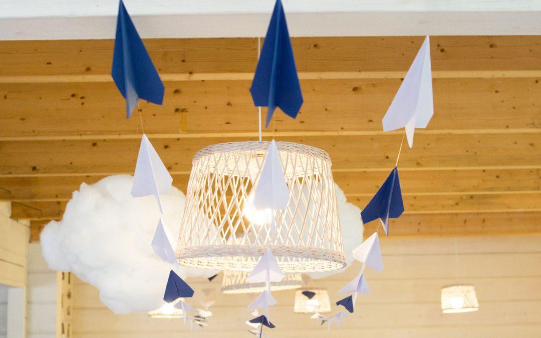 Krikštynų dekoravimas lėktuvėlių tema - popieriniai lėktuvėliai ir pakabinami debesys krikštynų dekoras