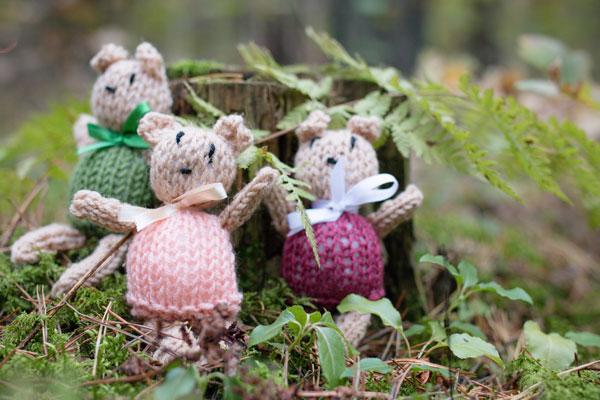 Maži megzti meškučiai miške fotosesijos dekoravimas