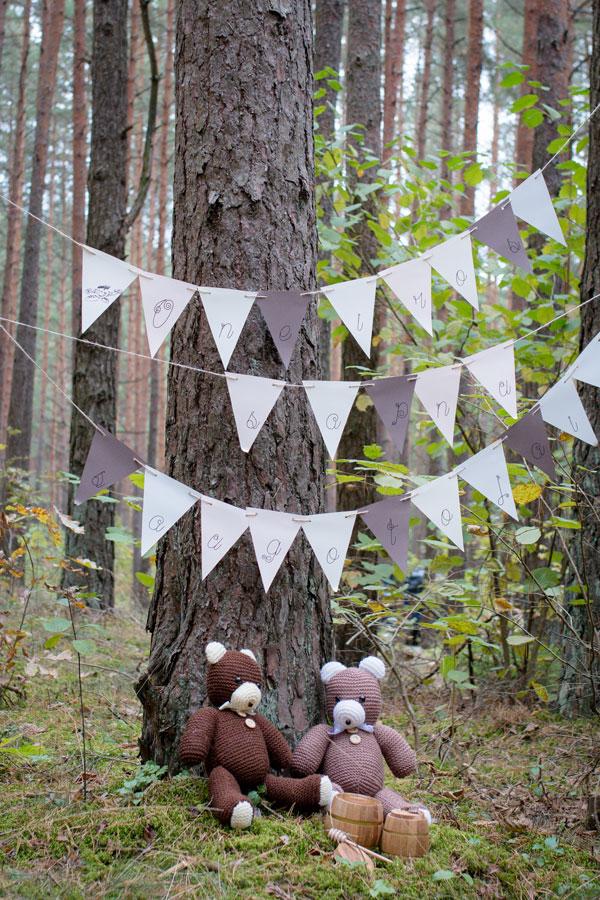 Popierinė girlianda su užrasu miške