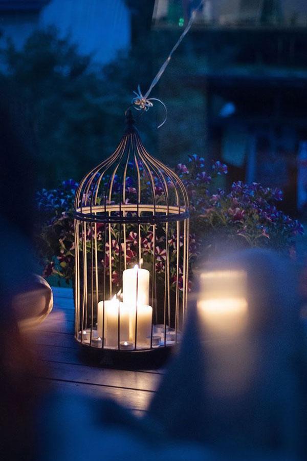 Vintažinis narvelis naktį žvakių šviesoje dekoravimas