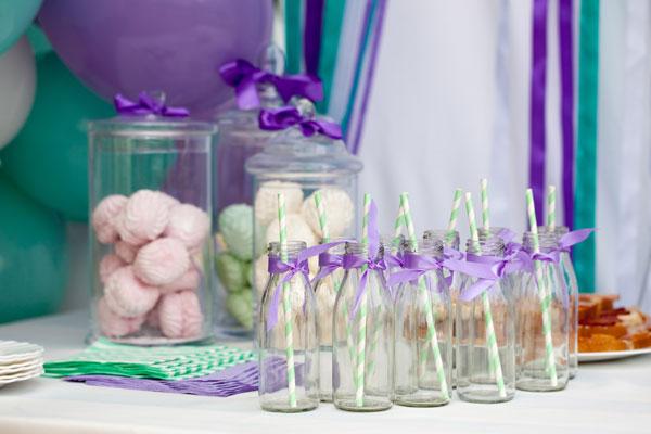 Saldaus gėrimų stalo dekoravimas šventės spalva mėtinė