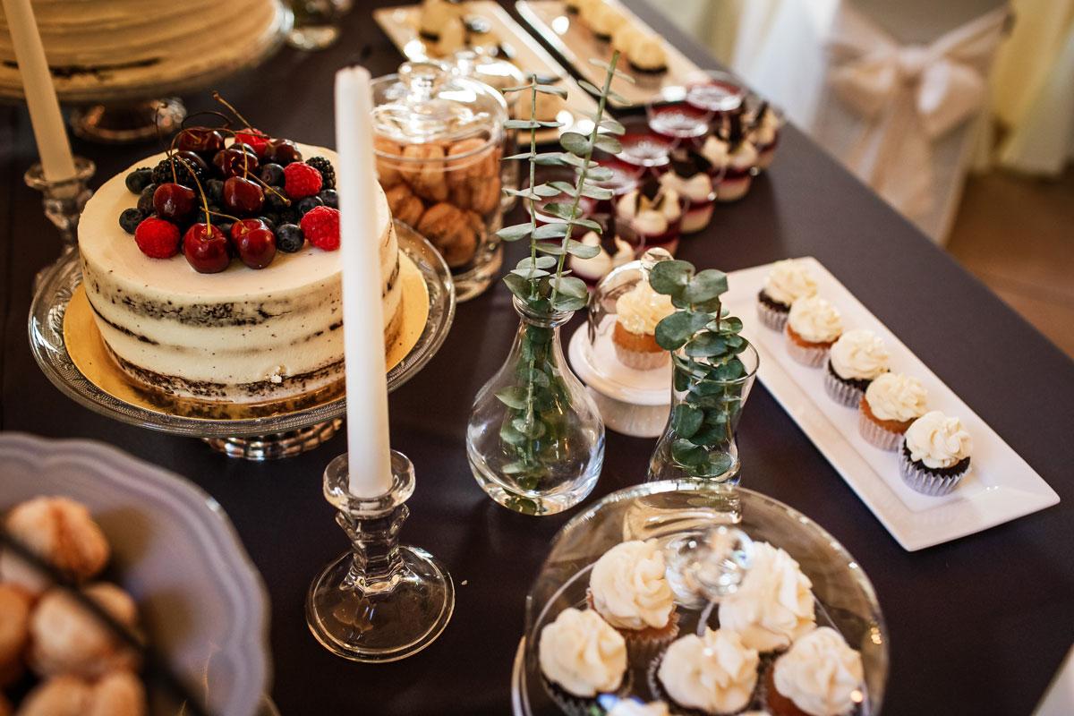 Stiklinės kolbelės, vazelės ant saldaus vestuvių stalo