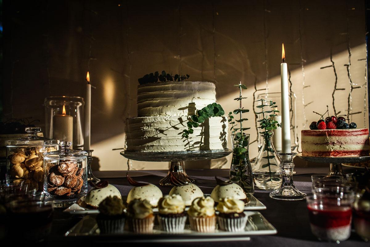 Vestuvinis tortas iš Liu Party ant saldaus vestuvių stalo
