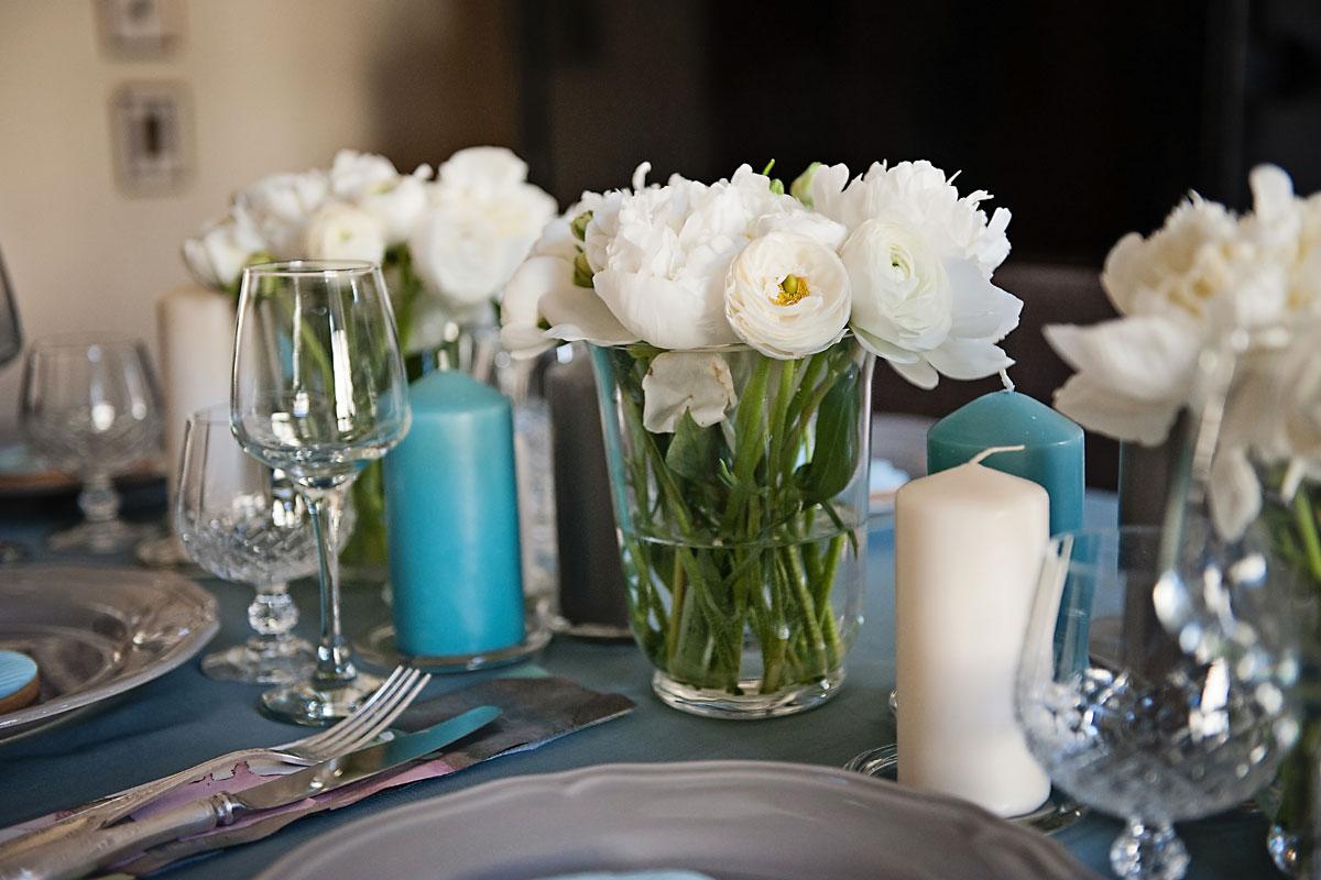 stalo dekoras su baltais gėlių žiedais