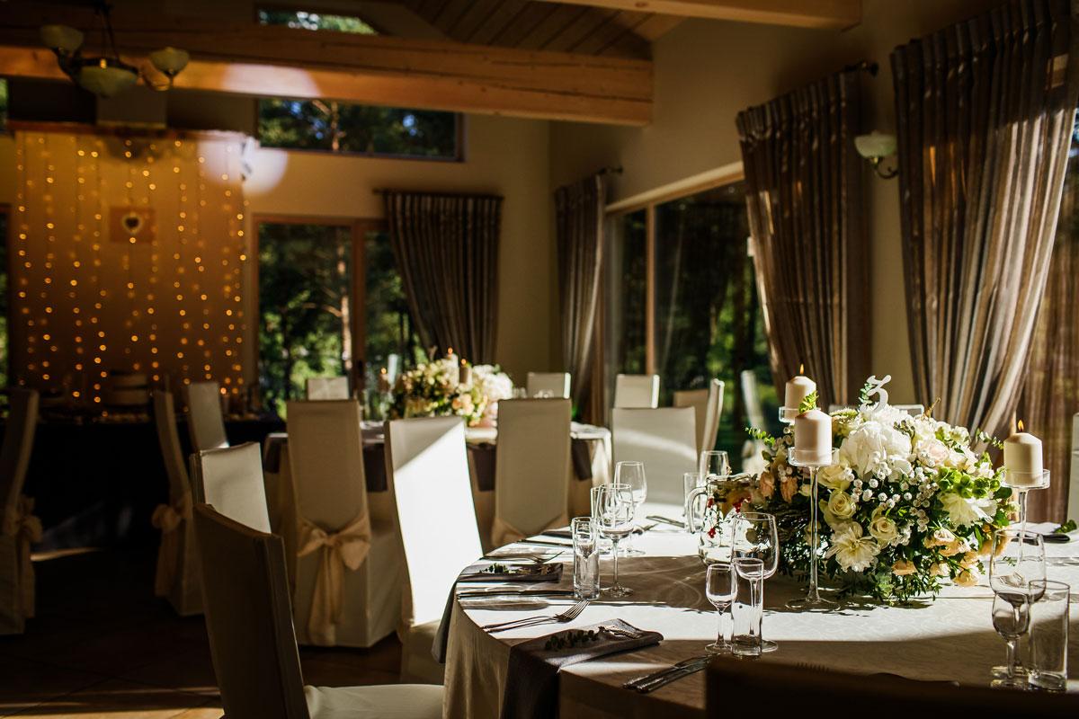 Vestuvių puotos salė dekoruota pilkai akcentais