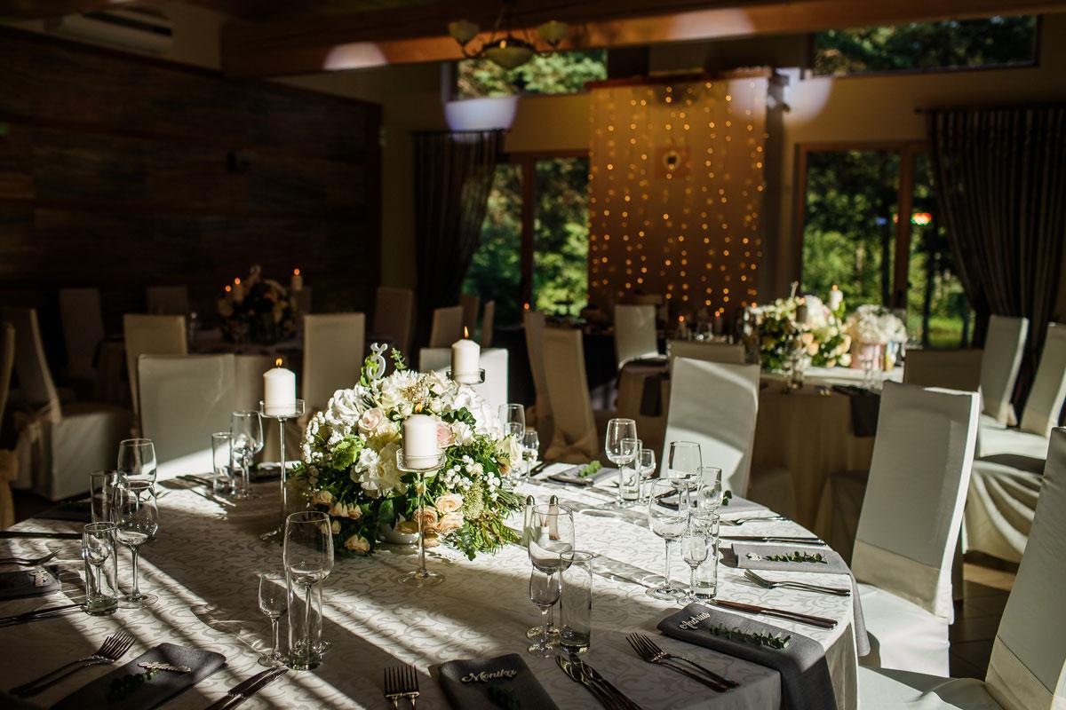 Dekoruotas apvalus vestuvių stalas