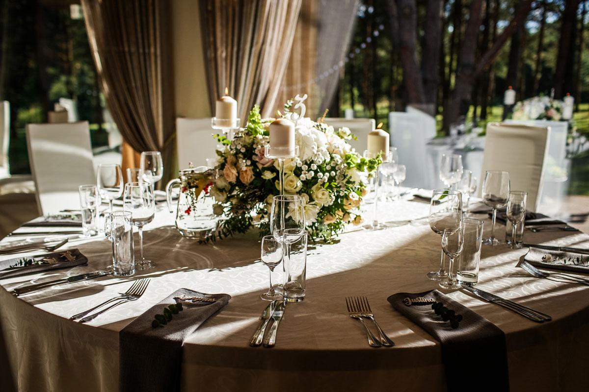 Medinės vardo kortelės vestuvių šventėje