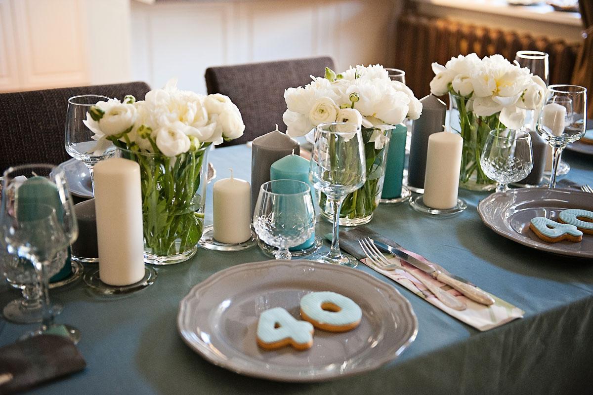 pilkos lėkkštės ant 40 gimtadienio stalo