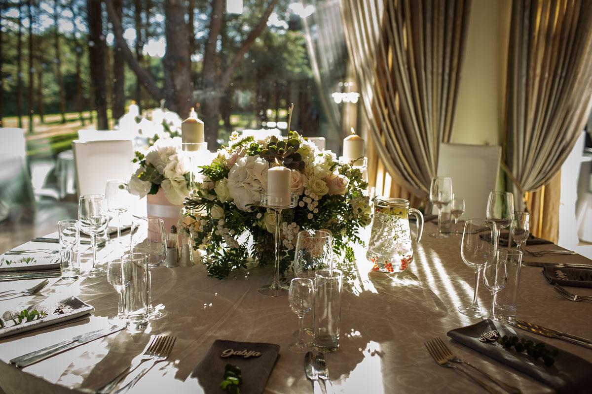 Vestuvių šventė su pilkais akcentais kaimo turizmo sodyboje