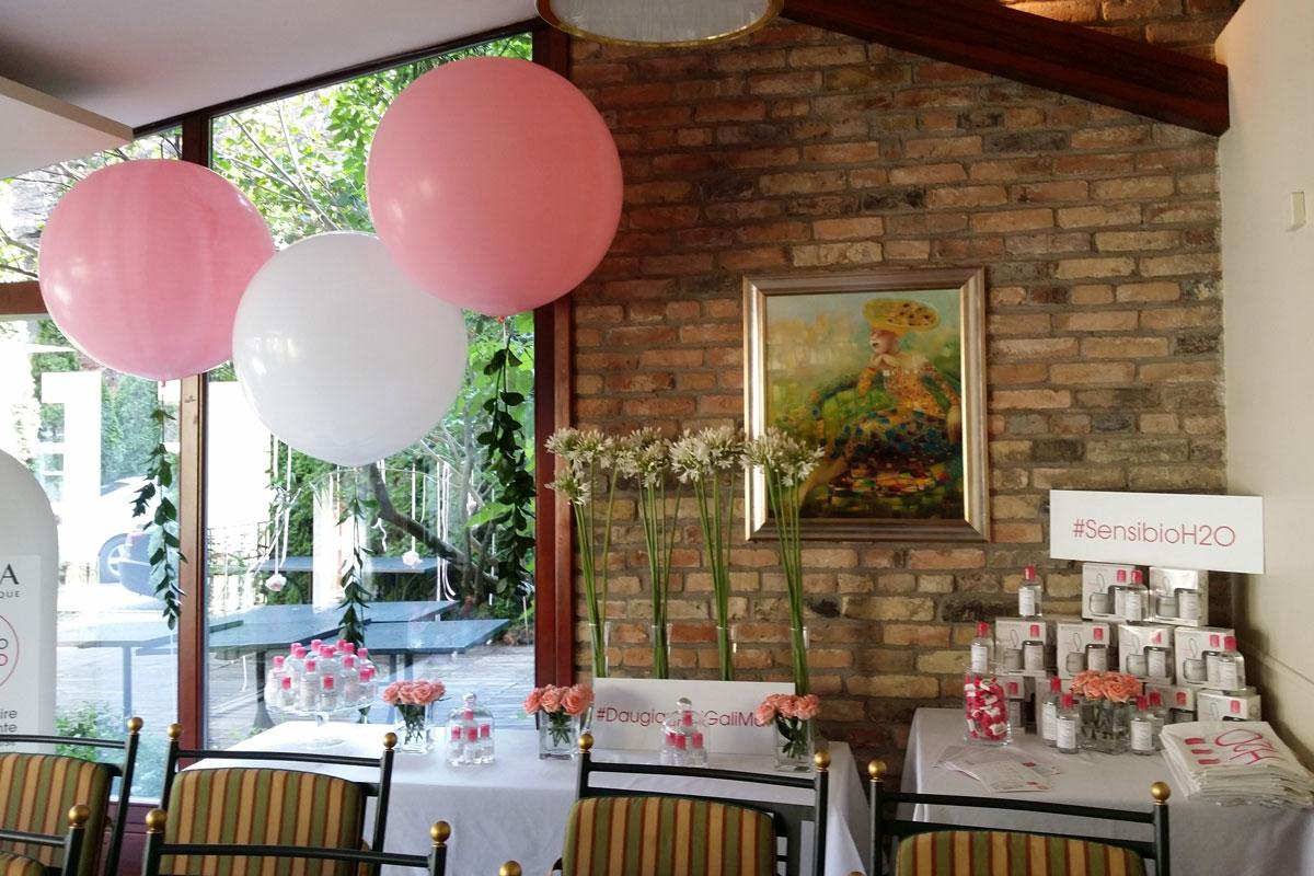 Naujos produkcijos pristatymo vakarui dekoruotas desertinis stalas ir foto kampelis