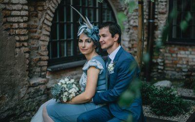 Pilkai mėlynos vestuvės su vintažo prieskoniu