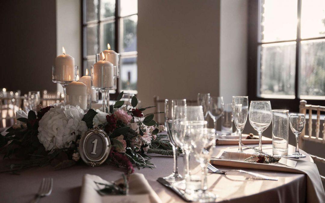 Bordo akcentas pastelinių spalvų vestuvėse