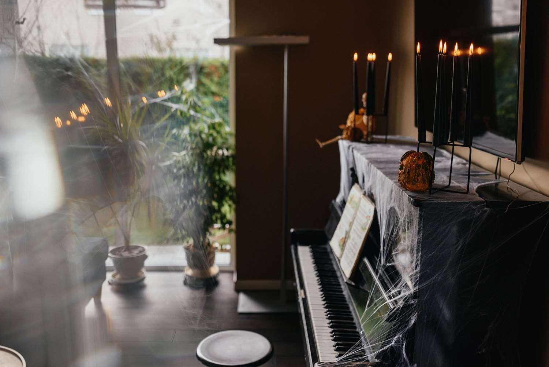 Voratinklio tinklu aptrauktas pianinas per Helovyno šventę
