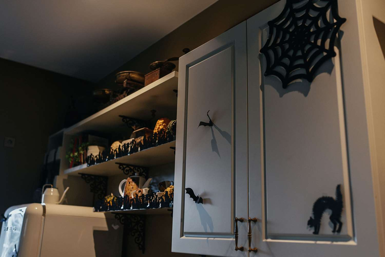 Virtuvė dekoruota Helovyno atributika
