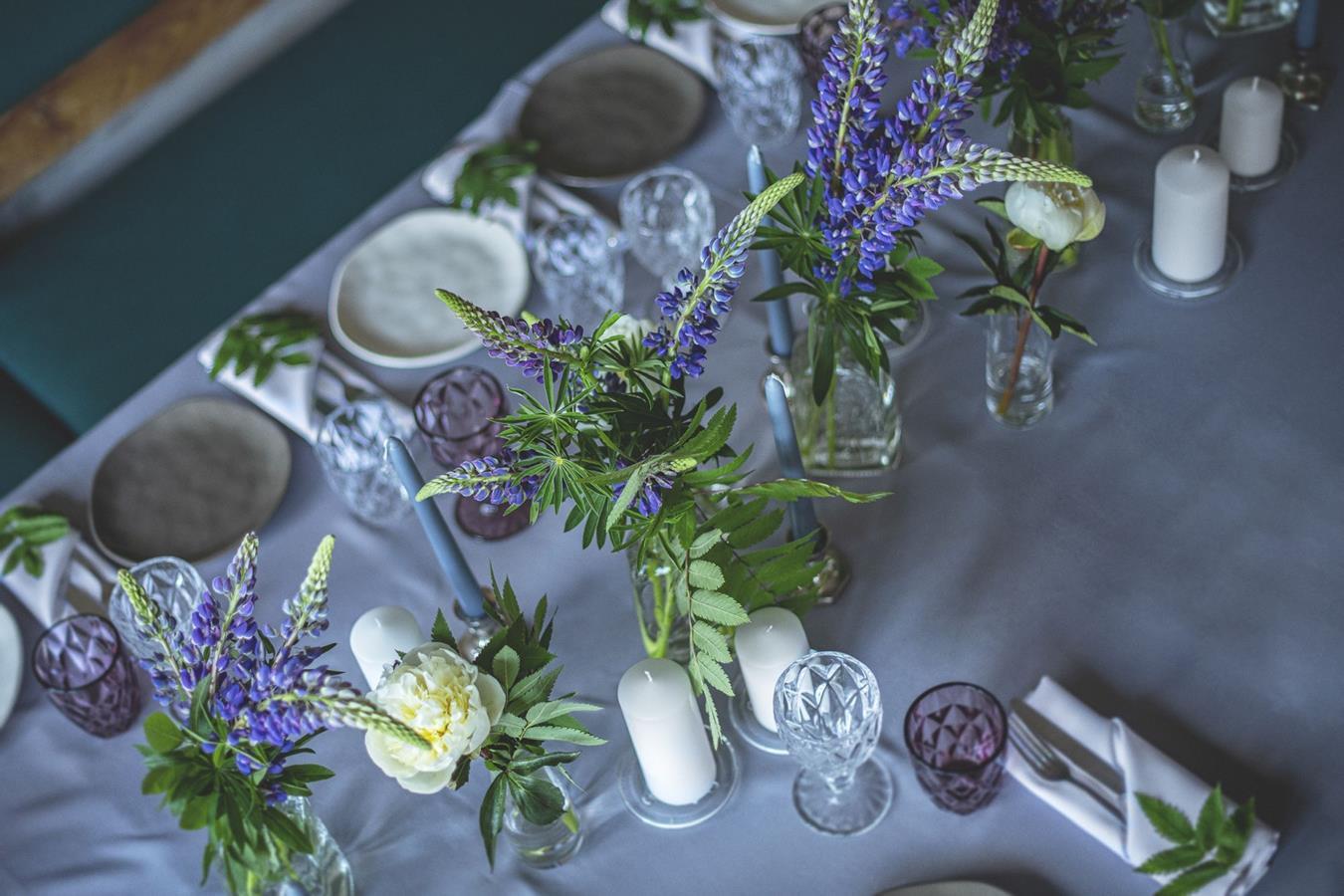 Stalo dekoras melsvai violetinis