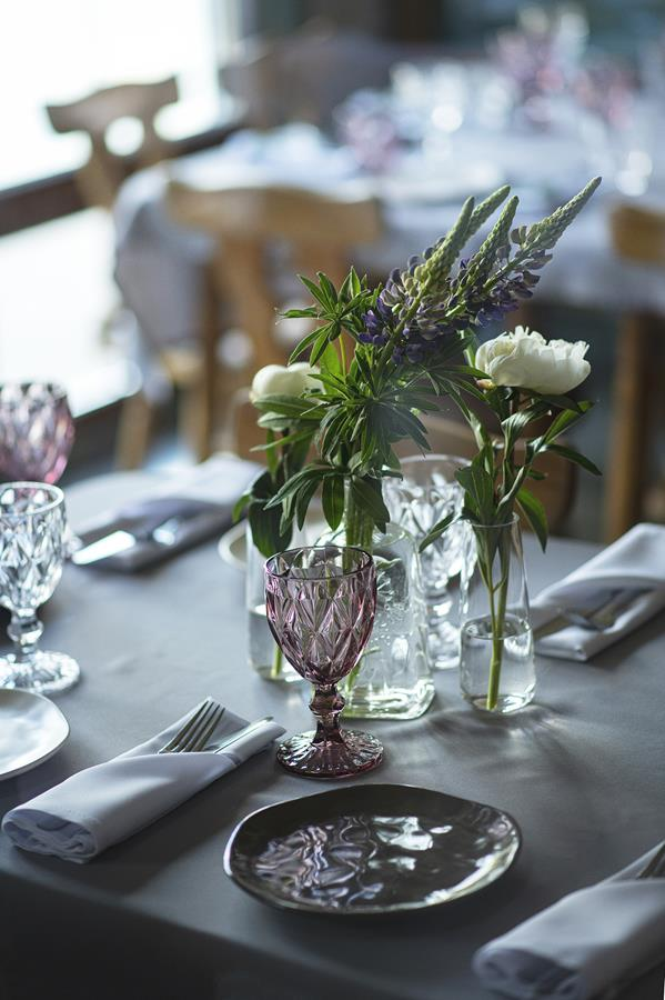 Stalas dekoruotas - lėkštės molinės nelygiais kraštais