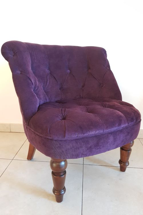 Baklažano spalvos foteliukas - fotelių baldų nuoma - Asta Deco