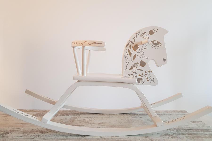 Baltas medinis supamas arkliukas - Asta Deco - dekoracijų nuoma
